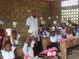 Enfants en classe recevant du lait en poudre